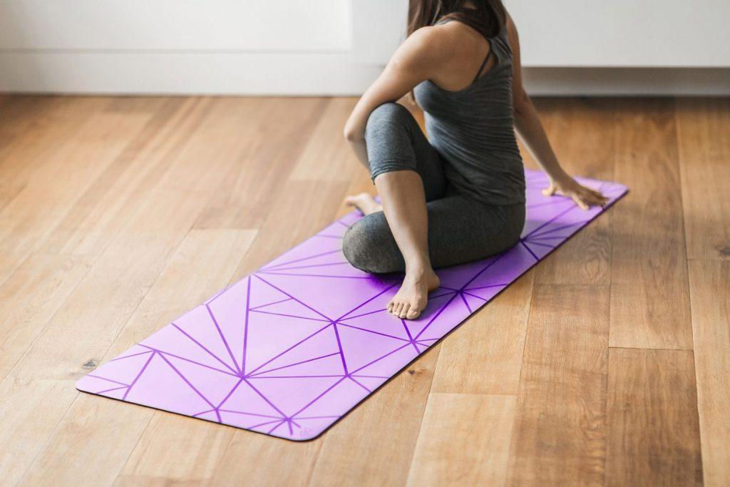 Tapis de yoga avec motifs géométriques pour une aide dans les placements